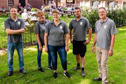 De familie Tupker voor het terras van Hoeve Ravenstein: Arnold (l.), Gerda, Saskia, Jeroen en Jan.