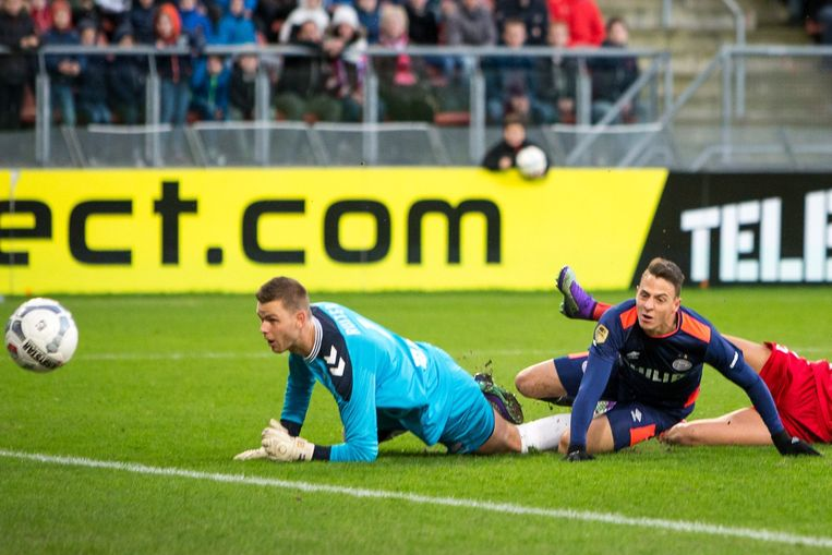 PSV speler Santiago Arias scoort de 0-1 FC Utrecht keeper Robbin Ruiter (r) kan de bal alleen nog nakijken. Beeld anp