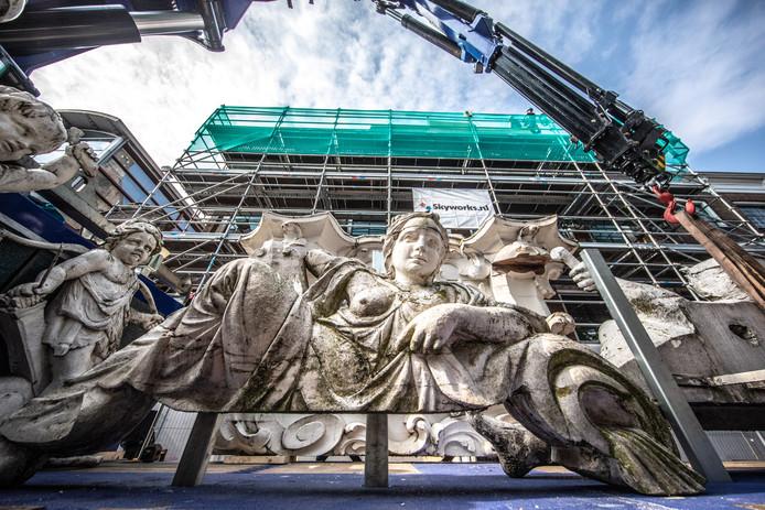 Met het verwijderen van de attiek is donderdag het startschot gegeven voor de restauratie van het Drostenhuis, waar voorheen Stedelijk Museum Zwolle huisde.