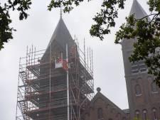 Eerst de linkertoren, dan de rechter: de Sint Gertrudiskerk in Maarheeze krijgt een opknapbeurt