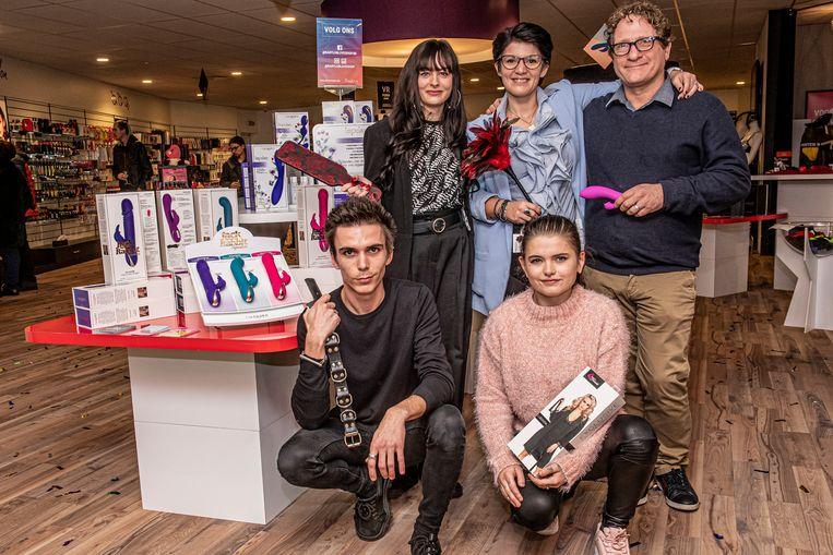 Het team van Babylon loveshop: Saikina Vandenbussche, Vanessa Vannieuwenhuyse, directeur Silvain Spiaes, communicatieverantwoordelijke Maxime Figula en Astrid Lievrouw.