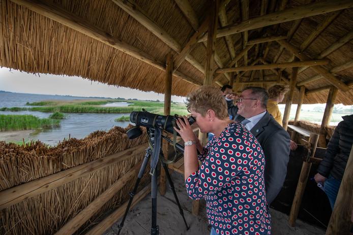 Wethouder Veldhoen en Jacqueline van Werven-Gunnink genieten van het uitzicht vanaf de vogelobservatiehut.