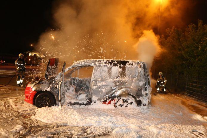 Busje vat vlam op parkeerplaats OJC Rosmalen