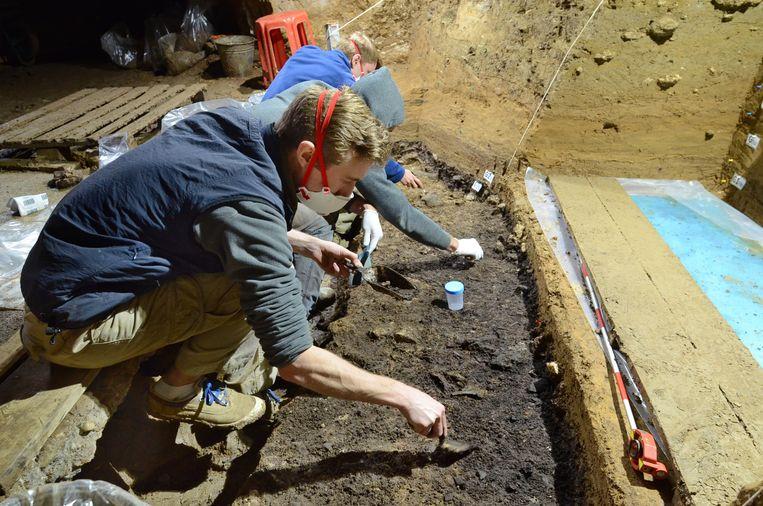 De opgraving in de Batsjo Kirogrot in Bulgarije, waar de tand, botten, gereedschap en sieraden werden gevonden.   Beeld AP