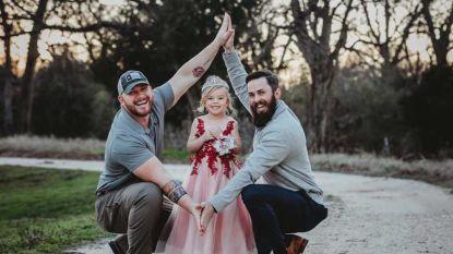 """""""Nee, wij zijn geen homokoppel maar delen wel een dochter"""": hartverwarmende foto's van toegewijde papa en pluspapa gaan viraal"""