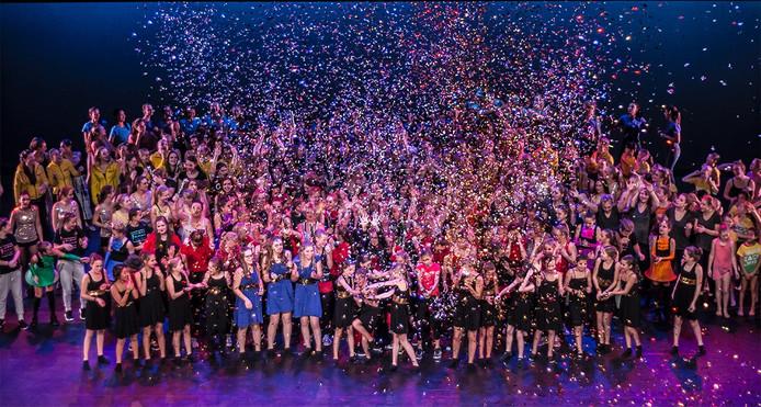 Veel feestelijker kan een afsluiting niet gevierd worden: de confetti spoot de lucht in aan het slot van de 10de aflevering van de Deventer Dansdagen