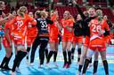 Vreugde bij de Nederlandse handbalsters na de knappe zege op Noorwegen afgelopen vrijdag.