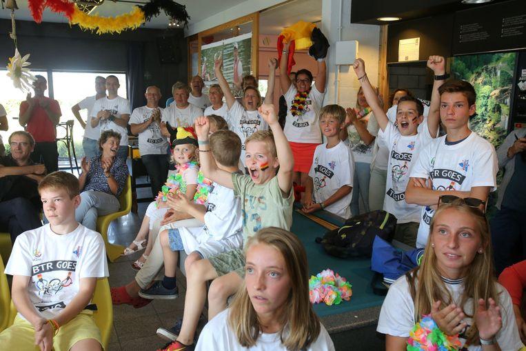 De supporters van de Trim- en Roeiclub juichen wanneer Hannes Obreno derde wordt.