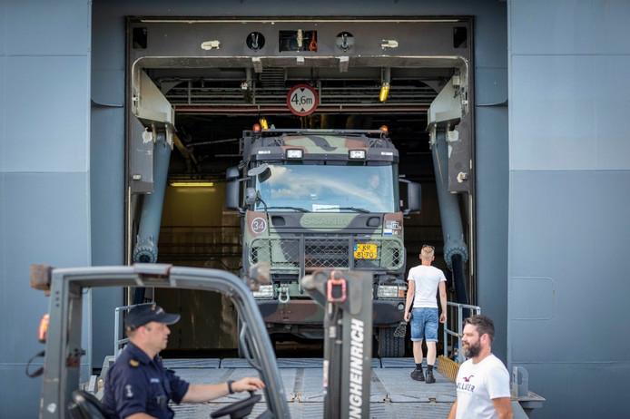 Aan boord van de schepen bevinden zich onder andere voertuigen om noodgoederen te verplaatsen over het eiland, bouwmaterialen voor noodmaterialen en pallets met water en voedsel.