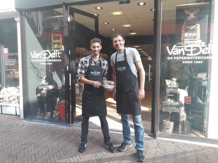Shopmanager Dave Hogenboom en Ard Pisa voor de winkel aan de Van Mandersloostraat.