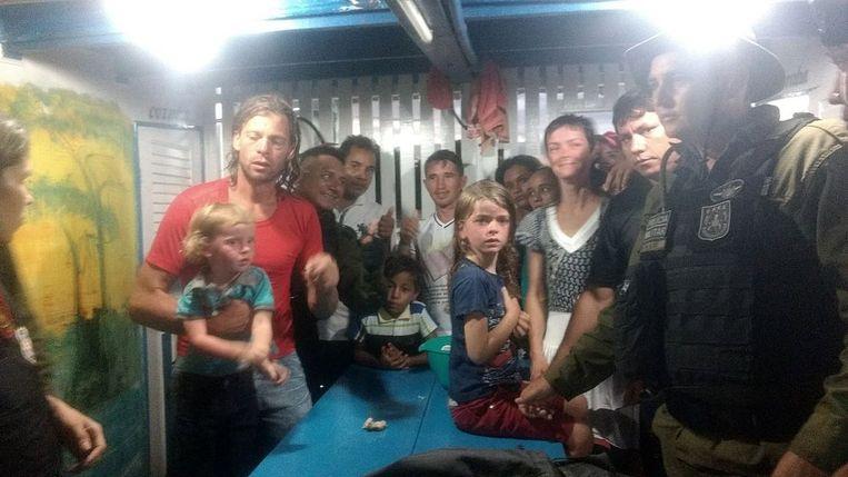 Adam Harris Harteau, zijn vrouw Emily Faith Harteau en hun twee kinderen veilig en wel in het gezelschap van Braziliaans veiligheidspersoneel.
