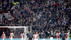 """""""De Ajax-fans staarden na het laatste fluitsignaal een kwartier naar de middenstip en waggelden dronken van geluk naar hun auto"""""""