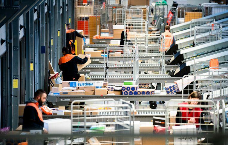 Een distributiecentrum van  PostNL in Sassenheim.  Beeld Freek van den Bergh / de Volkskrant