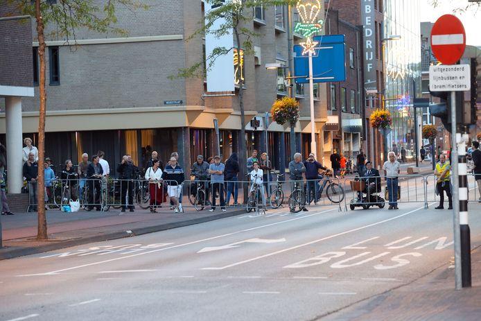 Met dranghekken was het Stadhuisplein afgezet, publiek was niet welkom vanwege corona.