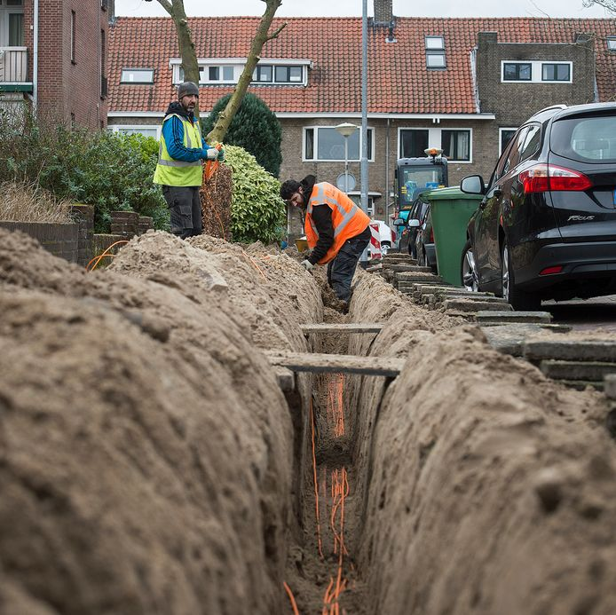 Aanleg van het glasvezelnetwerk een maand geleden in de Bastionstraat in Breda. Na het buitenwerk volgt nog de stap om het glasvezel ook bij mensen in de woningen aan te sluiten.