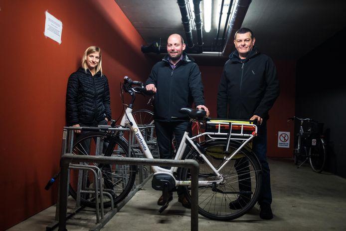Hilde Adamczak, Michel Bortels & Erik Urlings bij een elektrische fiets.