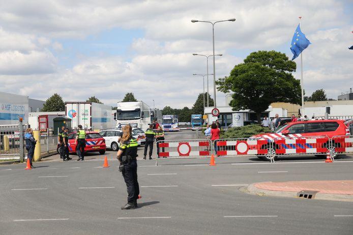 Vrachtwagens bij slachthuis Vion in Apeldoorn mogen het terrein niet af.