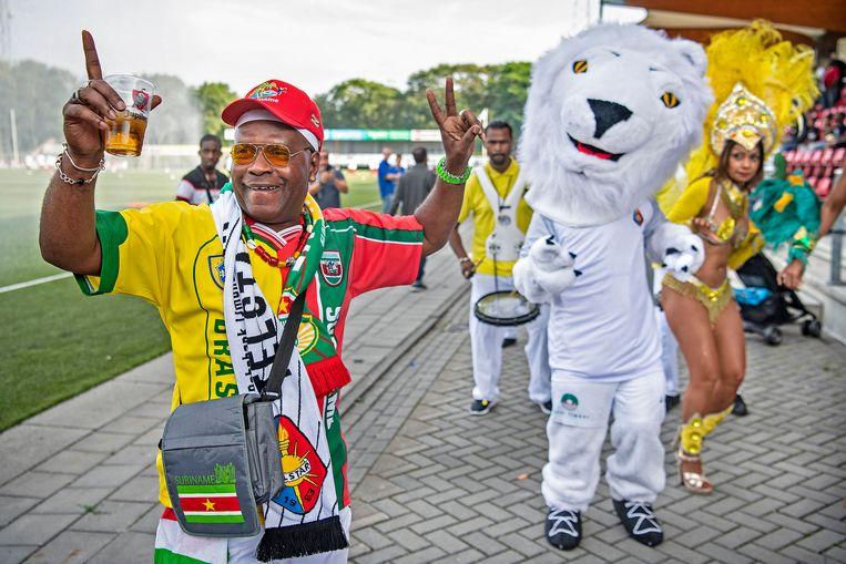 Supporters van het Surinaamse elftal in het Telstarstadion.  Beeld