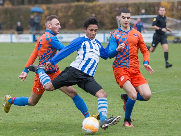 Reda Lechheb van Gestel (rechts) op 11 november in duel met Bladella-aanvaller Ibou Bot in het restant van de wedstrijd uit de tweede klasse F. Lechheb bleek toen niet speelgerechtigd te zijn, waardoor de laatste negen minuten op 11 april moeten worden overgespeeld.