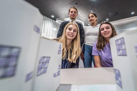 De winnaars van ook een Go Pro: Marijn van Duijn,  Farah Haider, Amber Griffioen en  Noortje van Voskuilen van het Alfrinkcollege zetten hun plan om in een maquette.