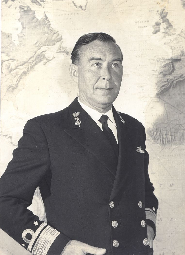 Langeraar op een ongedateerde naoorlogse foto in marineuniform. Beeld Privéarchief.