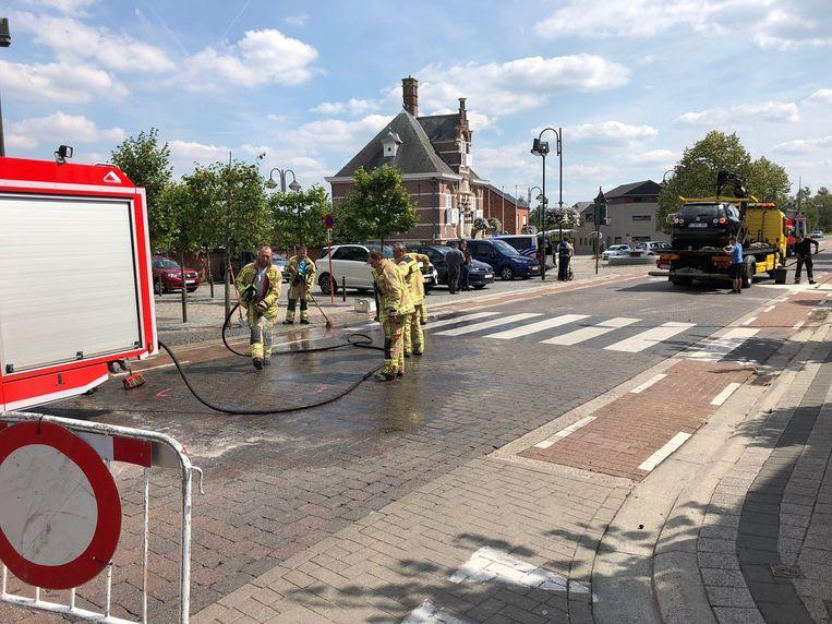 De brandweer kwam ter plaatse om het wegdek te reinigen na de crash.