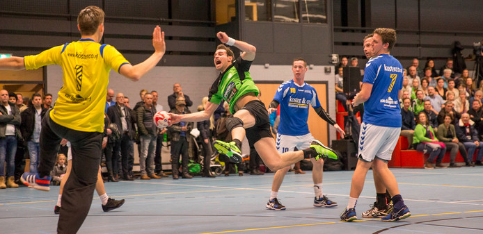 Arno Riemens (Orion) schiet tijdens een eerdere confrontatie tussen Orion en Delta Sport op doel.