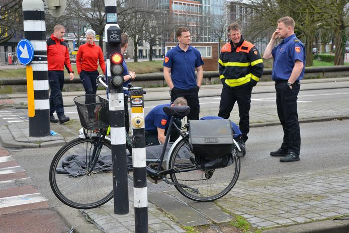 De aangereden fietser wordt geholpen.