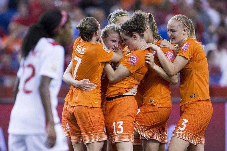 Speelsters van Nederland vieren de 1-1 van Kirsten van de Ven tegen Canada. Beeld null