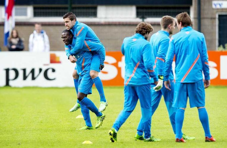 Kevin Strootman op de rug van Bruno Martins Indi tijdens de training van Jong Oranje. Beeld anp