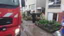 De brandweer pompt water uit een ondergelopen garage in Lelystad.