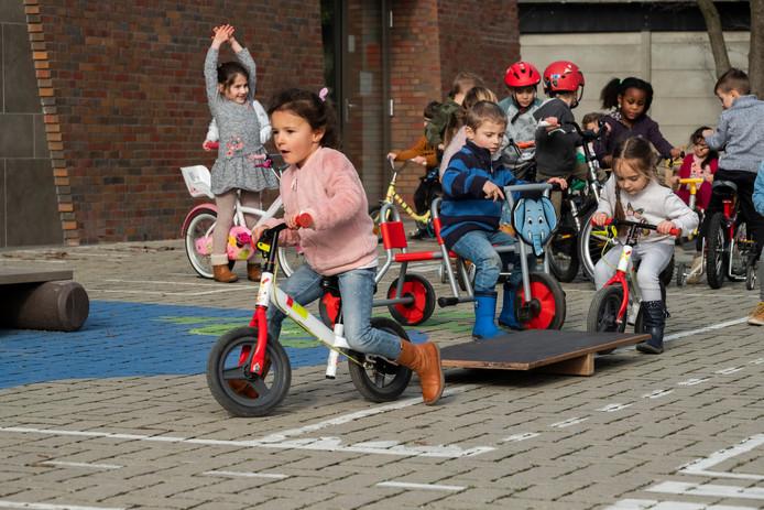 De kleuters van Virgo Maria instituut in Merksem fietsen zich warm tijdens Dikketruiendag.