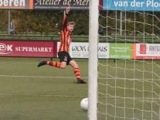Spelers FC Zutphen vluchten voor de varkens tijdens het trainingskamp in Oostenrijk
