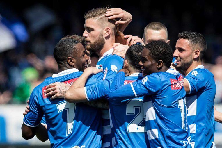 Spelers van Zwolle vieren de goal van Lars Veldwijk. Beeld anp