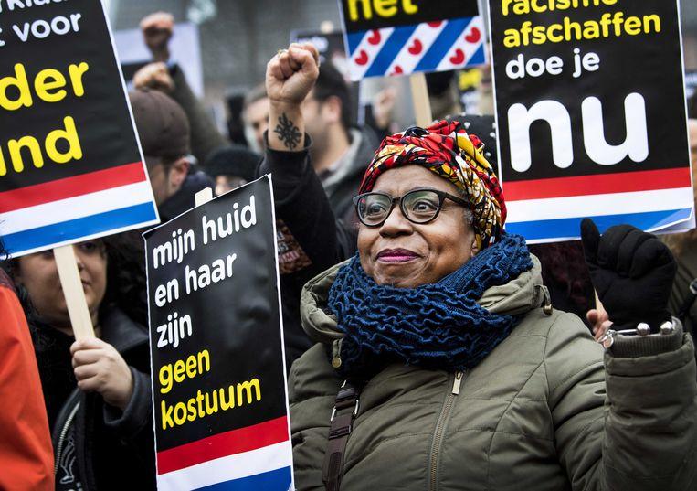 Tegenstanders van Zwarte Piet demonstreren in Dokkum voor vrijheid van meningsuiting en demonstratierecht. Tijdens de landelijke intocht van Sinterklaas twee weken eerder werd op het laatste moment een demonstratieverbod ingesteld.  Beeld ANP