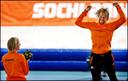 Bronzen Ronald Mulder klapt voor gouden Michel Mulder na de 500 meter in Sotsji.