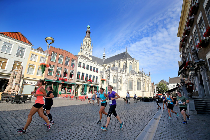 Breda Urban Trail 2017. Deelnemers in Bibliotheek Nieuwe Veste. Foto Bart Hoogveld