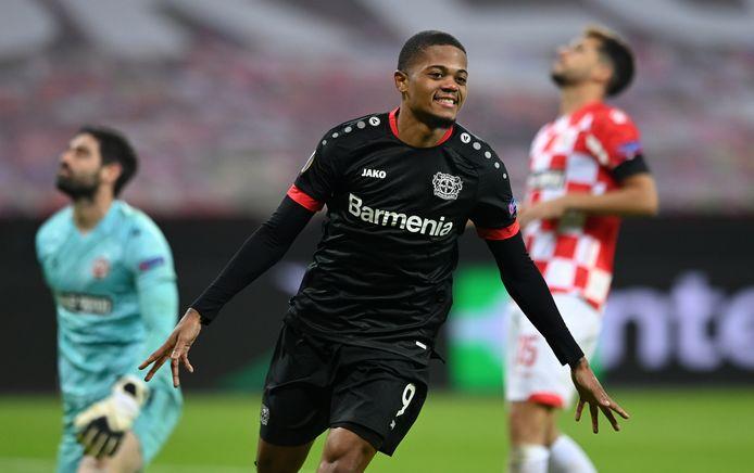 Leon Bailey viert de 2-0 van Bayer Leverkusen.