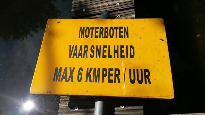 De politie heeft genoeg van snelheidsduivels op het water van de Binnenmaas.