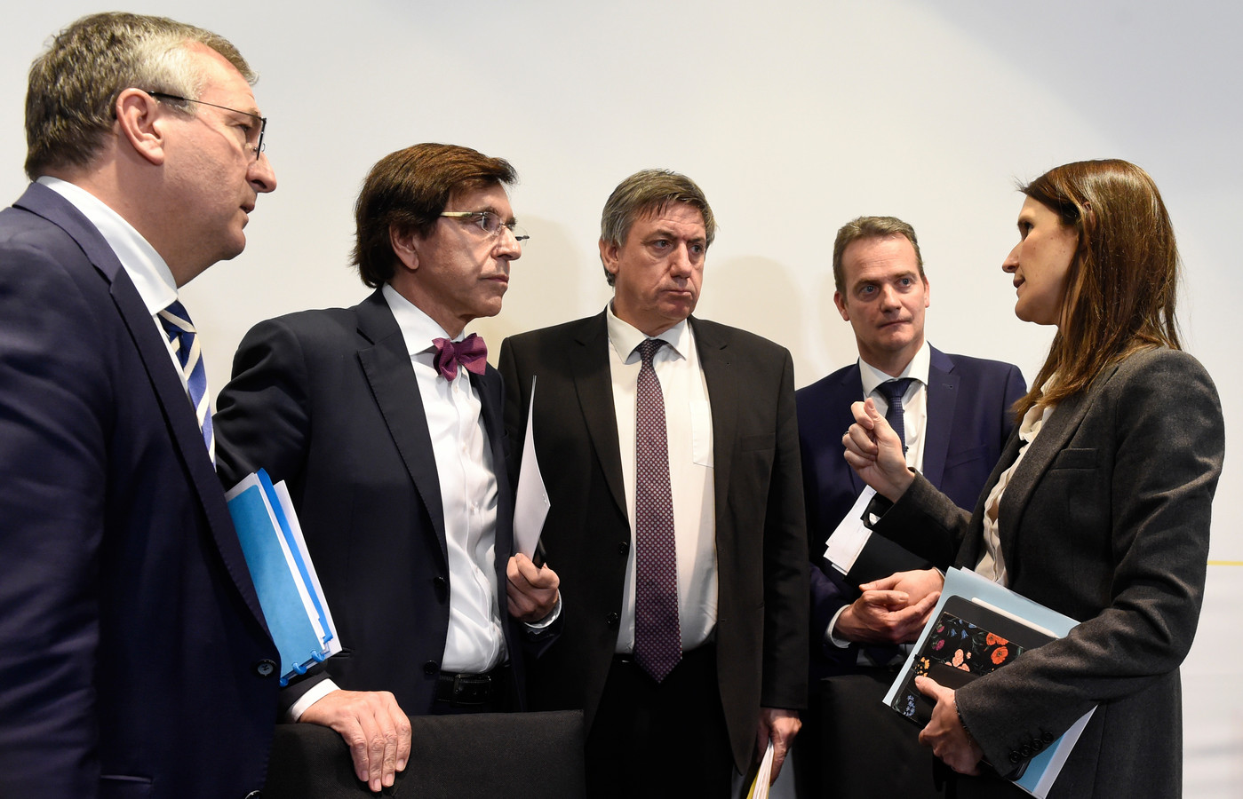 Pierre-Yves Jeholet, Elio Di Rupo, Jan Jambon, Oliver Paasch et Sophie Wilmes.