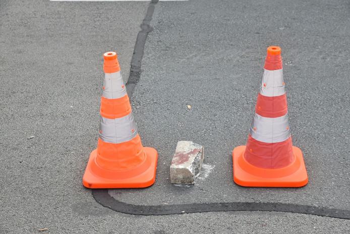 De politie vond ook een bebloede baksteen op straat.