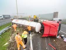 Verkeerschaos door gekantelde vrachtwagen op de A2 voorbij Vianen; lange files op A2 en A27
