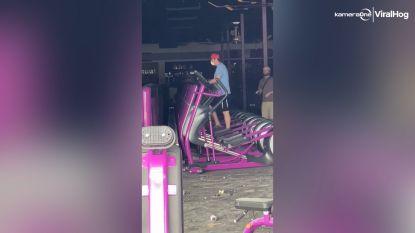 Man ziet kans om te fitnessen tijdens rellen