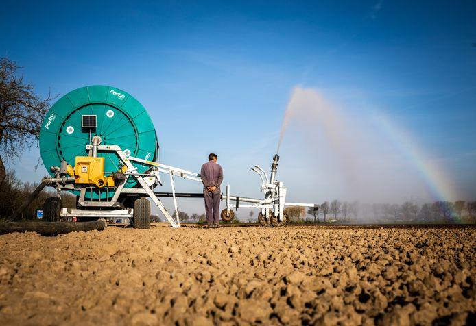 Beregenen van het land. Door de droogte moet het land nu al beregend worden.