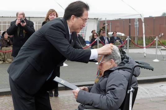 Korea-veteraan Tonny de Lange (91), die de Slag bij Hoengsong overleefde, ontvangt een herinneringsmedaille en oorkonde voor krijgt van de Zuid-Koreaanse ambassadeur in Nederland Yun Young Lee.