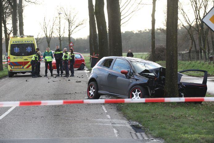 De schade na de botsing op de Berghemseweg in Herpen.