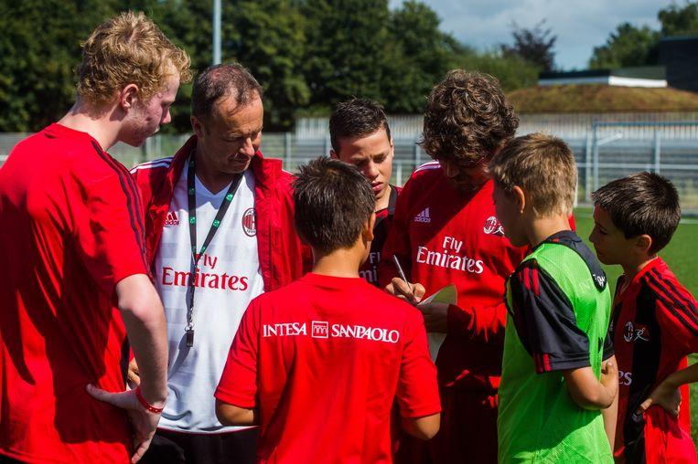 De jonge voetballers in Kontich hangen aan de lippen van de AC Milan-trainers.