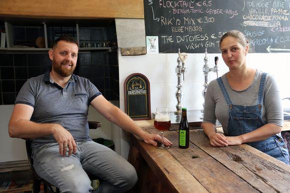 Davy Van Laer en An Aerts aan de toog van hun thuiscafé.