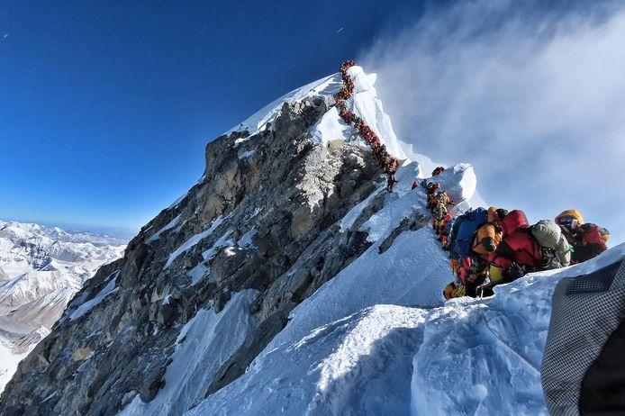 Bijna surreëel: honderden alpinisten stonden op 22 mei in de file naar en van de top van de Mount Everest, met 8.848 meter 's werelds hoogste berg.