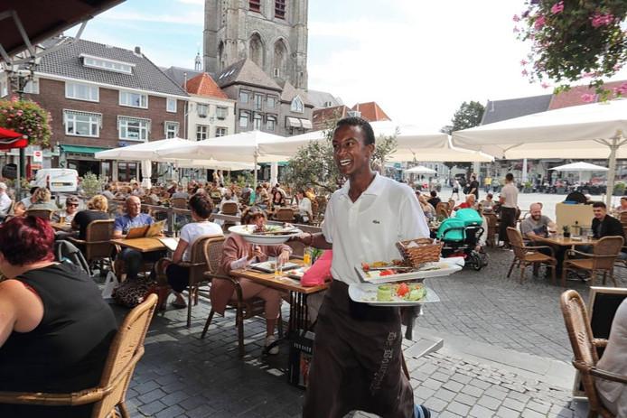 Op het terras van De Bourgondiër aan de Grote Markt in Bergen op Zoom was het deze week vanwege het fraaie nazomerweer flink druk. foto chris van klinken/pix4profs